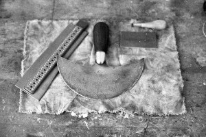 Handgenähtes Lederhandwerk Bayern Halbmondmesser