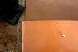 Cognac farbene Clutch Lederhandtasche handvernäht
